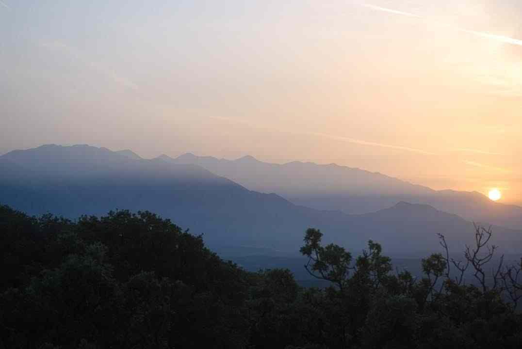 Zon-gaat-onder-achter-de-Witte-bergen